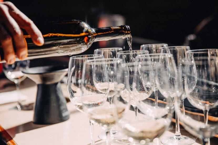 filling-wine-glasses